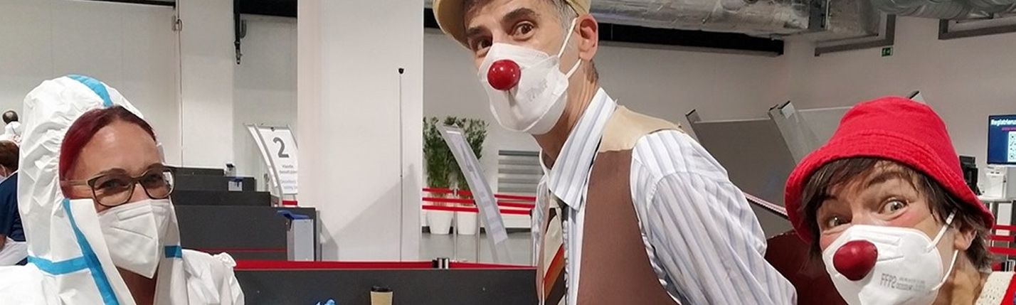 Clown-Doktoren mit roten Nasen